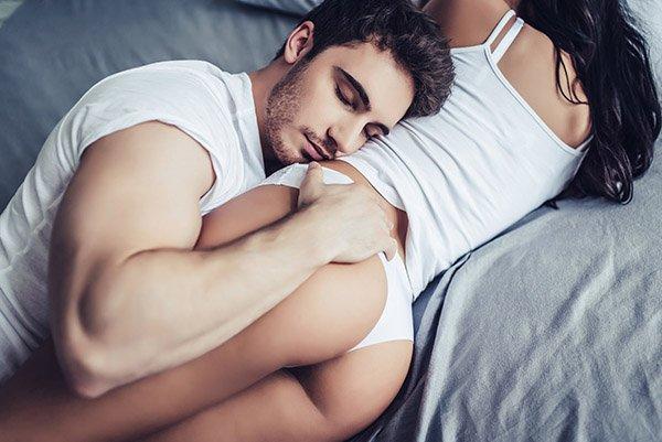 """Đàn ông thích phụ nữ như thế nào trên giường khi """"yêu""""?"""