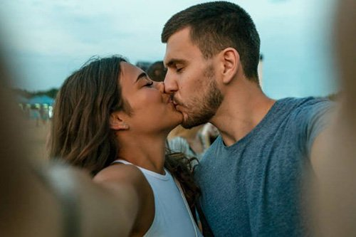 Tại sao đàn ông thích hôn môi con gái?